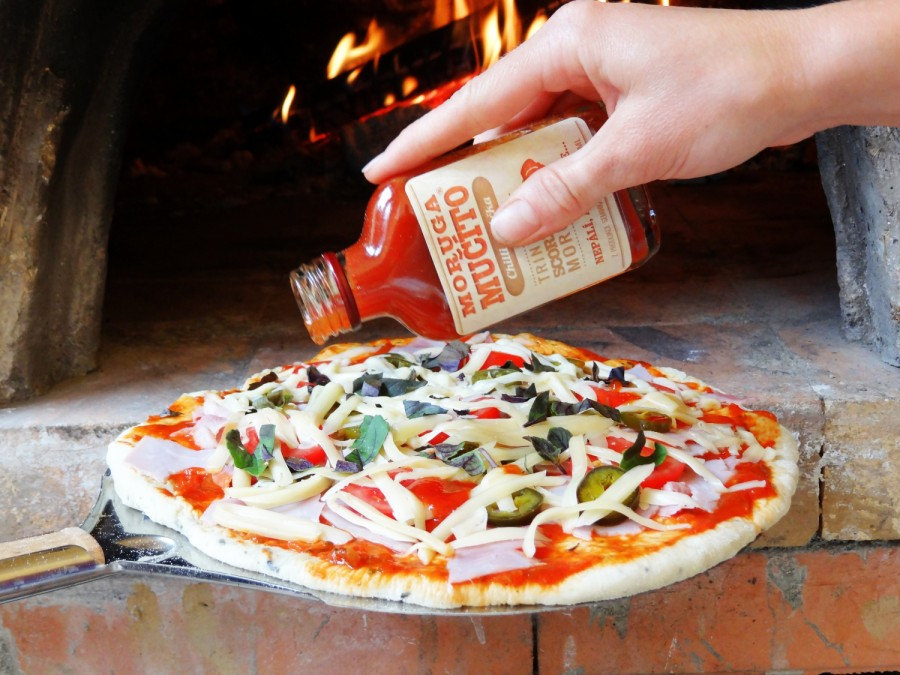 Domácí pizza z hliněné pece